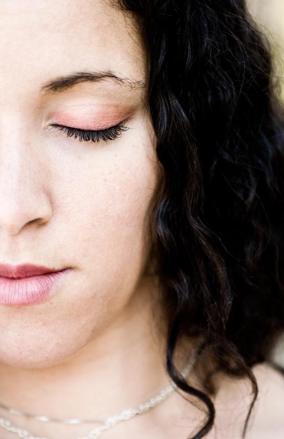 jeune femme zen maquille